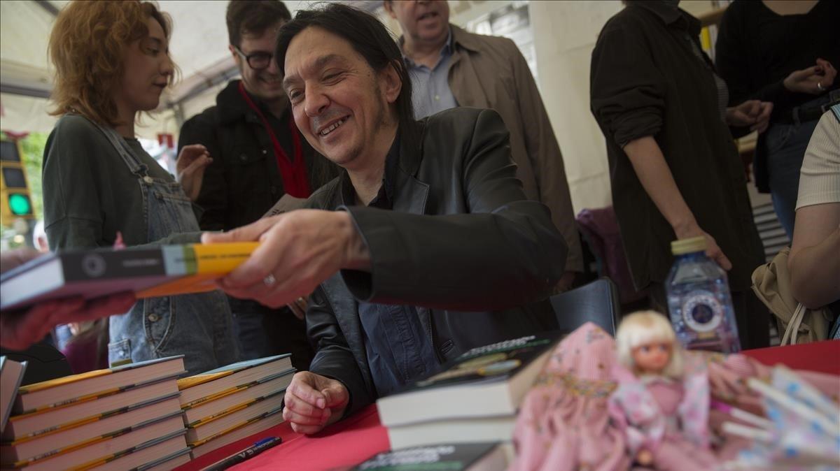 Santiago Lorenzo, autor de 'Los asquerosos', ayer firmando libros.