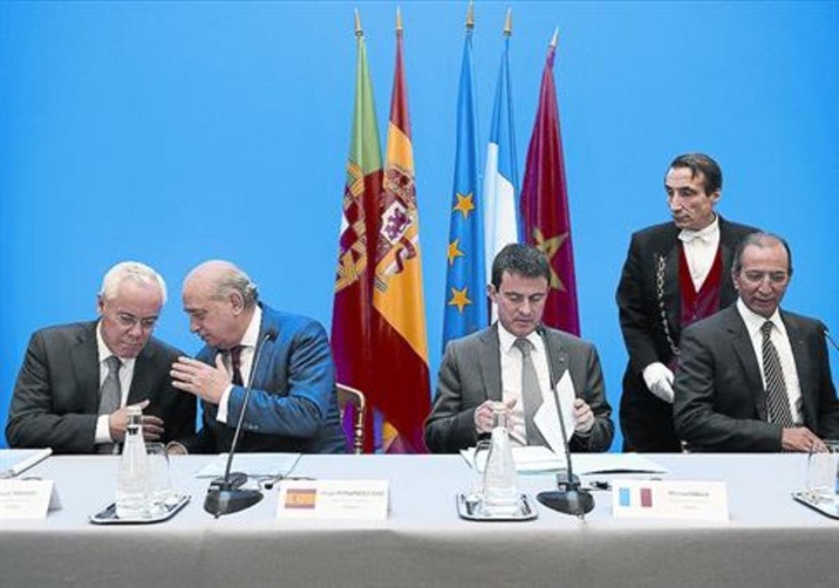 El ministro Jorge Fernández Díaz junto a sus homólogos de Portugal, Francia y Marruecos, ayer en París.