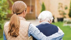 La Generalitat pagarà la Seguretat Social de les treballadores que cuiden persones grans o dependents a les famílies que les contractin un any