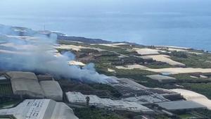 Confinadas 3.000 personas por el incendio de una cementera por la lava de La Palma