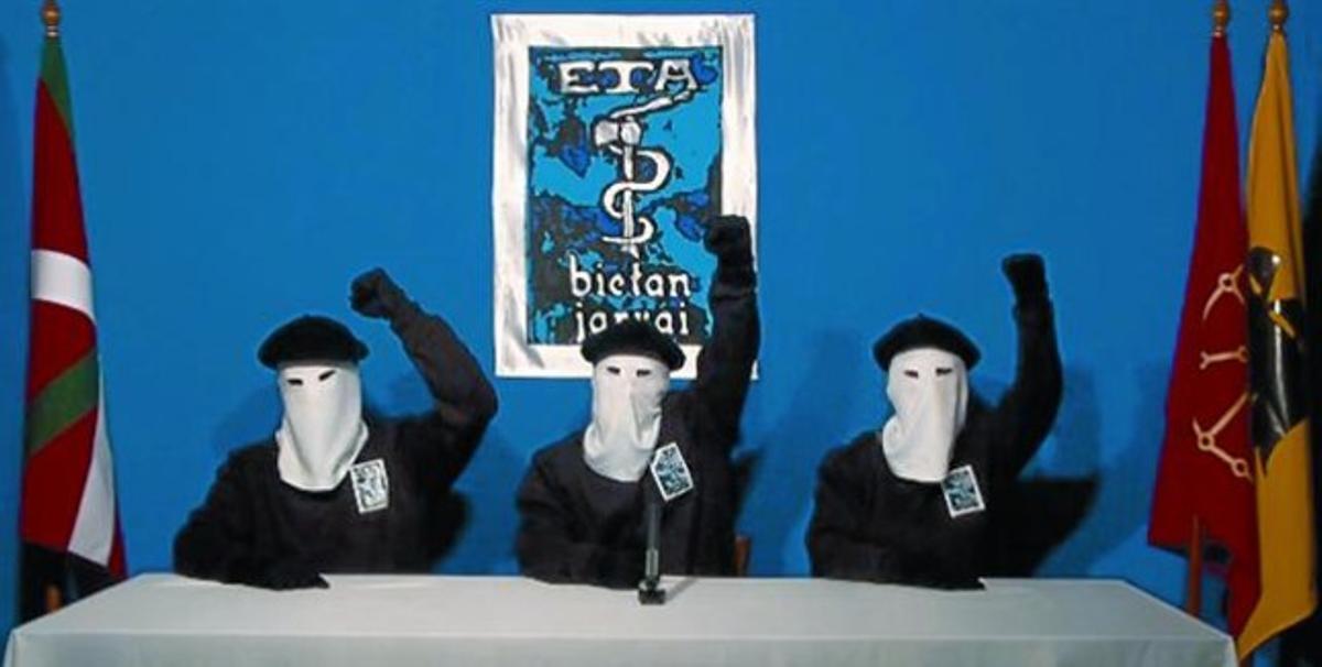 Una imagen del vídeo en el que tres encapuchados leen el comunicado de la banda terrorista.