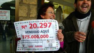 Alegría en Berlanga de Duero (Soria), donde cayó el gordo de la Lotería de Navidad 2006.