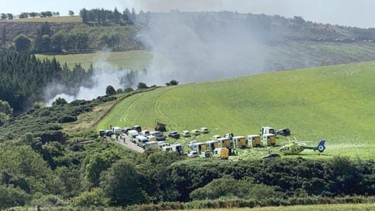 Vehículos de emergencias cerca del lugar donde ha descarrilado el tren, este miércoles, en Escocia.