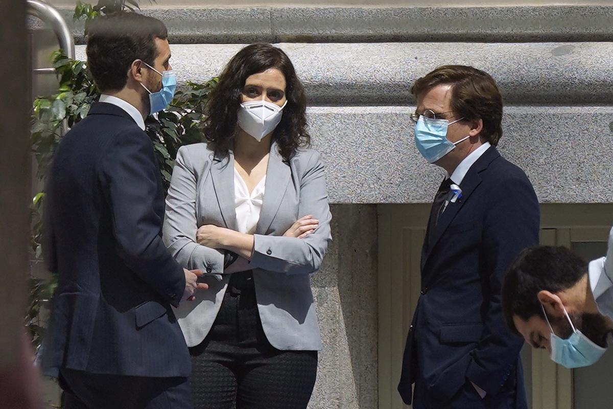 Casado, Díaz Ayuso y Almeida, el pasado 15 de mayo, durante el acto por San Isidro que se realizó en la Real Casa de Correos, sede del Gobierno de Madrid.