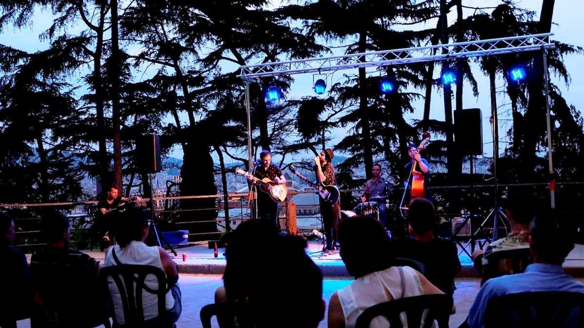 Una actuación de las Nits de Blues en la zona Picnic del Poble Espanyol.