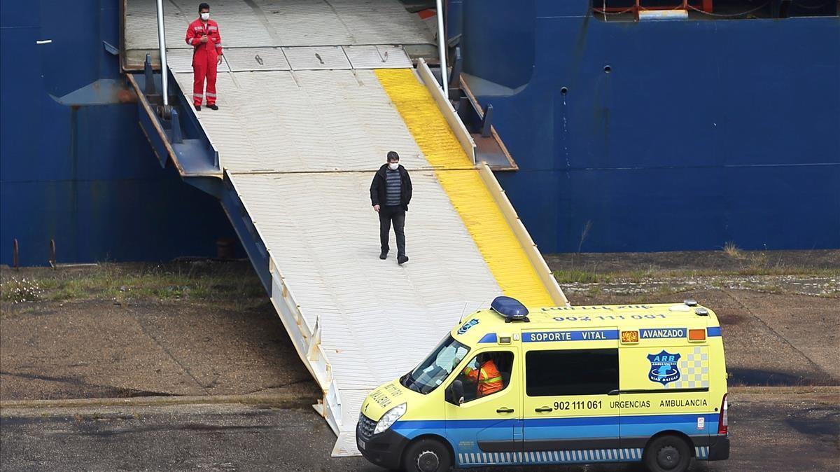 Ambulancia a los pies del 'Emerald Leader', atracado y en cuarentena en el puerto de Vigo, este martes.