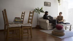 Carlos y Lucía, antes del traslado, en un salón ya sin mesa de comedor, vendida en Wallapop.
