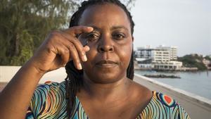 La oceanografa keniana Nina Wambijien Mombasa en, en enero, con un anzuelo redondeado que evita la pesca accidental.