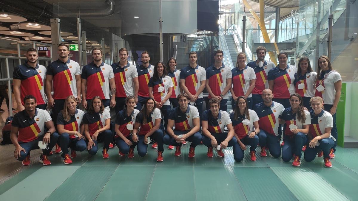 Las selecciones españolas de waterpolo, antes de poner rumbo a Tokio.
