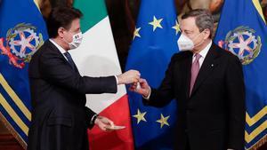 El primer ministro saliente, Giuseppe Conte (izquierda), cede el puesto a Mario Draghi.