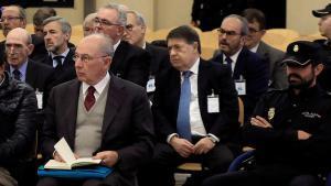 El expresidente de Bankia Rodrigo Rato (en primera fila) junto al resto de acusados, durante la primera sesión del juicio por la salida a bolsa de la entidad en el 2011 que se celebróen la Audiencia Nacional.