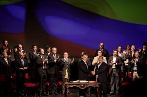 El expresidente de Colombia Juan Manuel Santos y Rodrigo Londoño, junto al resto del alto mando de las extintas FARC en la firma de los acuerdos de paz de 2016.