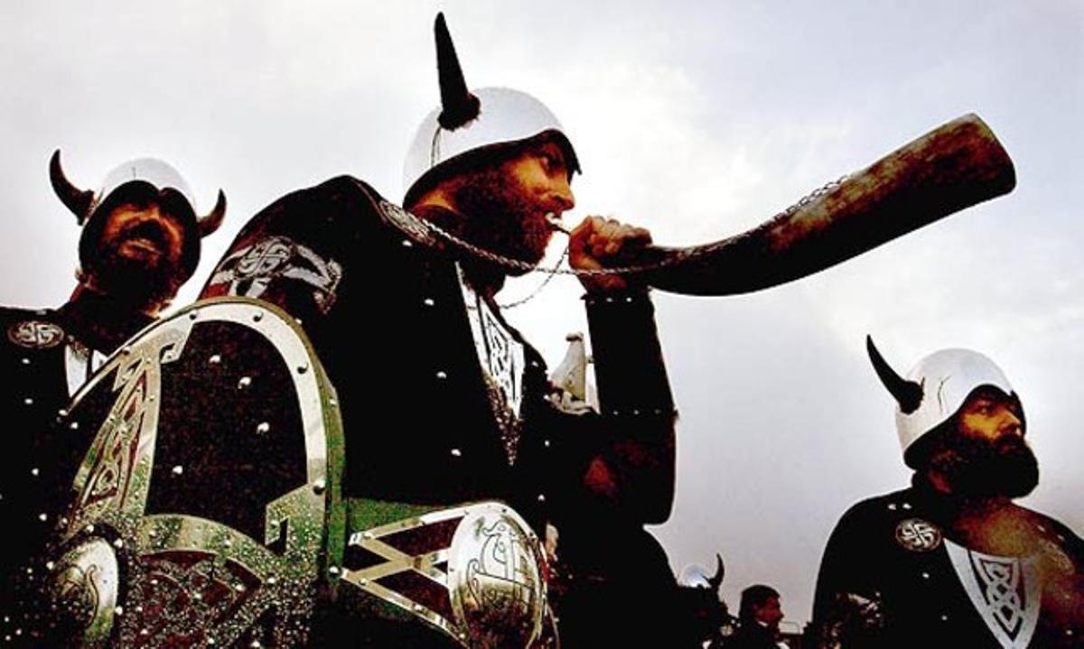 Hombres disfrazados de vikingos.