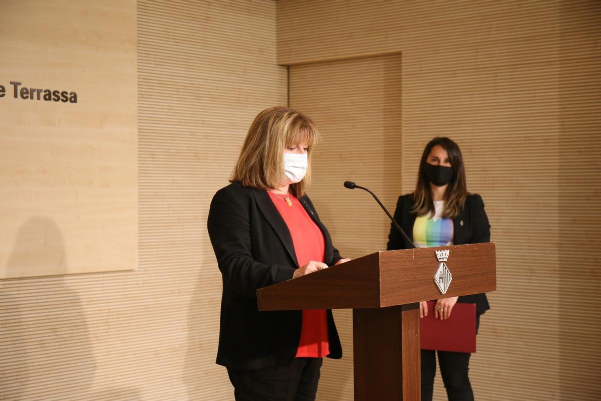 La teniente de alcaldía de Promoción Económica y Proyección de la Ciudad y concejala de Empleo, Núria Marín; y la concejala de LGTBI +, Jennifer Ramírez en la presentación de 'Transrassa'