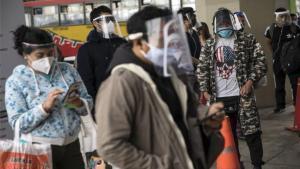 Personas con mascarillas por el coronavirus en Lima, Perú.