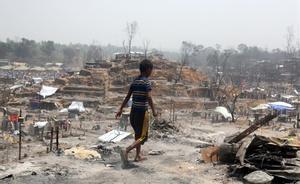 15 muertos en el incendio de un campamento de refugiados rohingyas. En la foto, aspecto del campo tras el fuego.