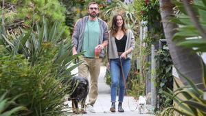 Ben Afflecky Ana de Armas pasean con sus perros por las calles de Los Ángeles, el pasado 1 de julio.