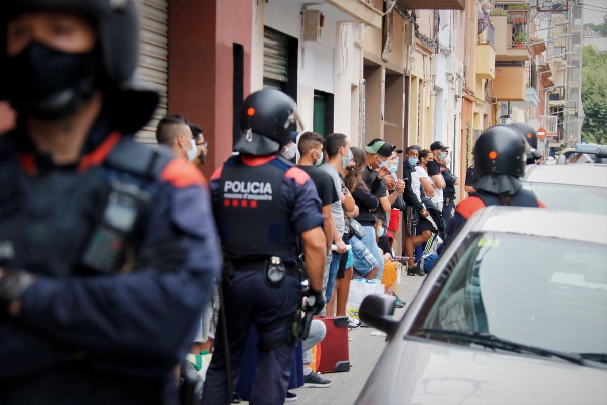 Desalojo del bloque de pisos de la calle Jaume I en el barrio de Cerdanyola de Mataró.