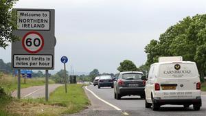 Un simple cartel indica la entrada en Irlanda del Norte (desde la República de Irlanda) y el límite de velocidad.