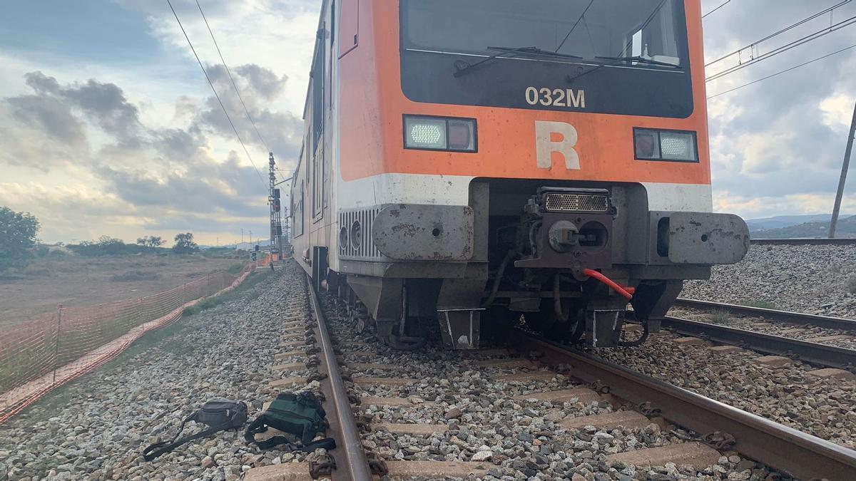 Tren de Rodalies que se ha salido de la vía cerca de la estación de El Prat.