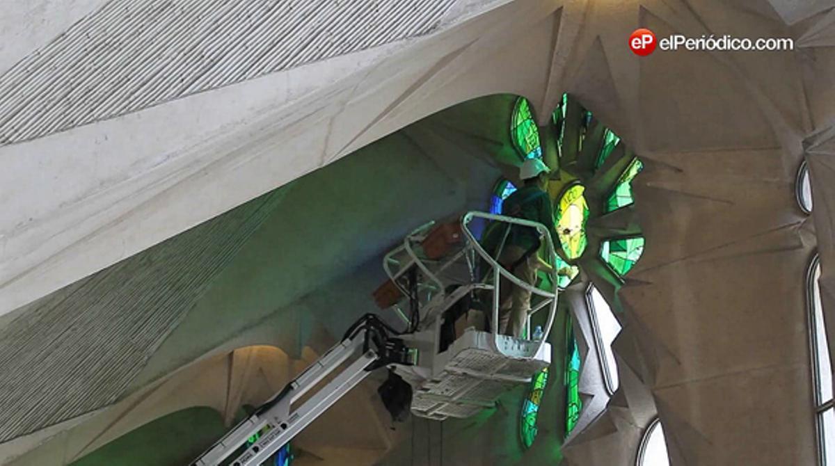 Nous vitralls canvien la llum de la Sagrada Família