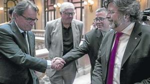 Artur Mas y Antoni Castellà (derecha), en los pasillos del Parlament, ayer.