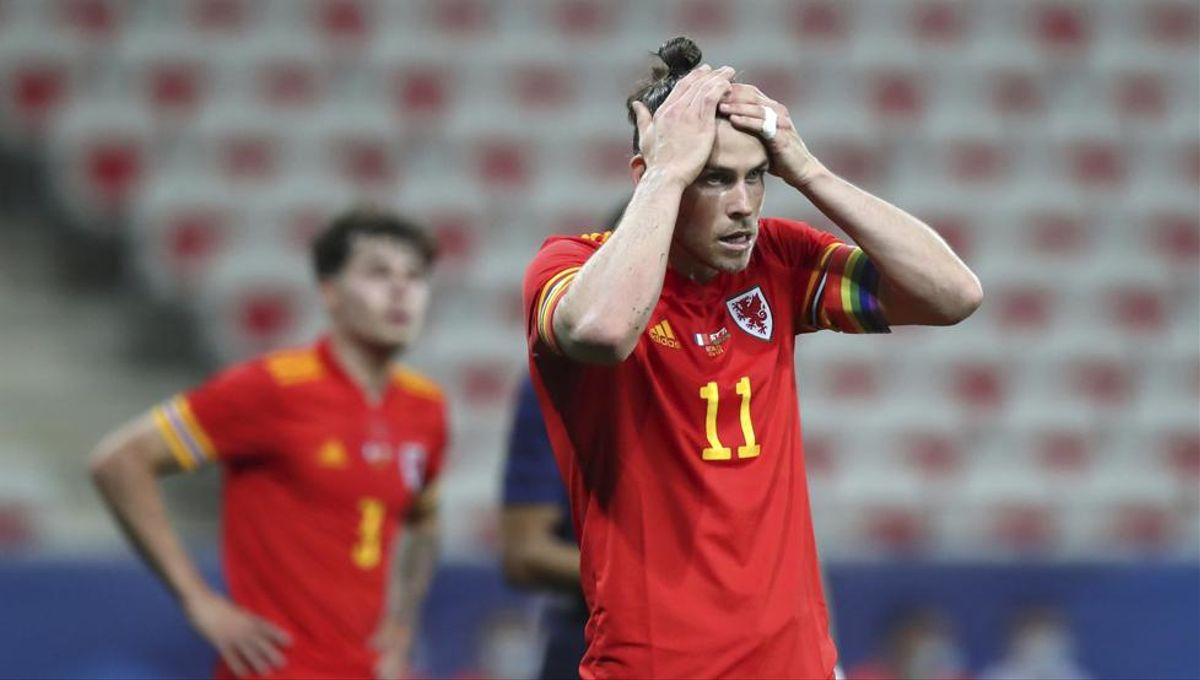 Gareth Bale se lamenta en un partido reciente de Gales.