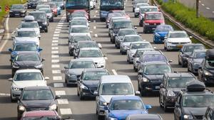 Atasco de vehículos en una autovía española.