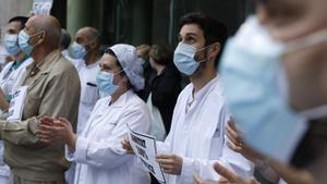 Personal sanitario del Hospital Clínic homenajea a los sanitarios muertos por coronavirus, el pasado mayo.