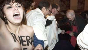Una de les activistes de Femen protesta davant de Rouco Varela a l'entrada de la parròquia de Los Santos Justo i Pastor.
