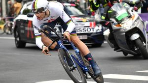 Filippo Ganna, en pleno esfuerzo, camino de la victoria en la primera etapa del Giro 2021, en Turín.