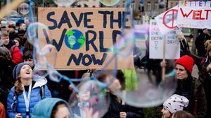 Jóvenes manifestantes protestan en Berlín este viernes durante un nuevo 'Fridays for future'