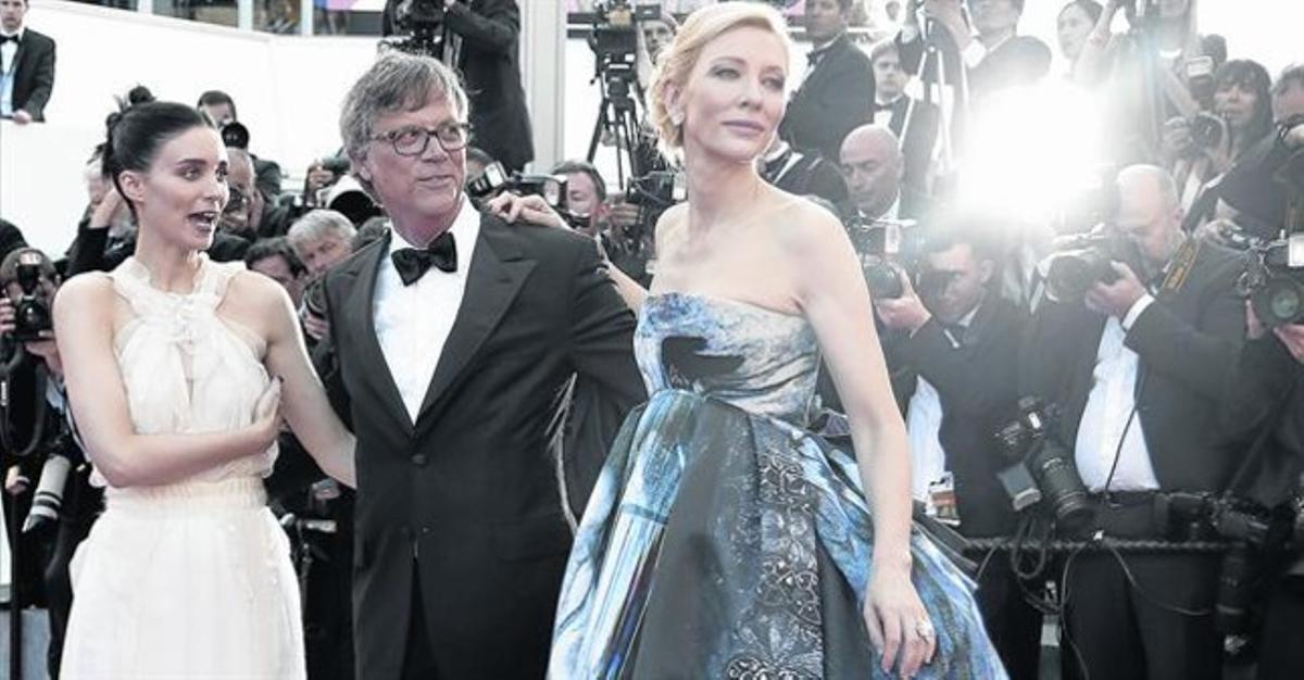 De izquierda a derecha, Rooney Mara, Todd Haynes y Cata Blanchett, anoche, en la alfombra roja de Cannes.