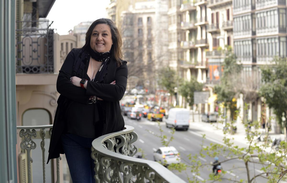 Elena Fort, en el balcón de su despacho en la Rambla de Catalunya.