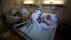 Atención de un enfermo de covid en el Hospital San Felipe Neri de Roma el 4 de enero del 2021.