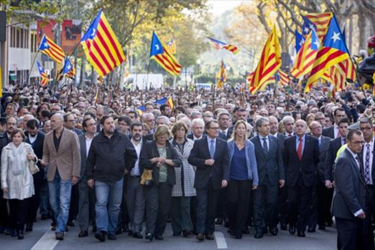Mas, acompañado por el Govern y 400 alcaldes, se dirige al TSJC, en octubre, para declarar por el 9-N.