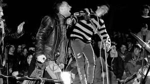 L'Odi Social, banda de hardcore punk de Barcelona, actuando en la Plaça de la Guineueta el día 8 de marzo de 1986.