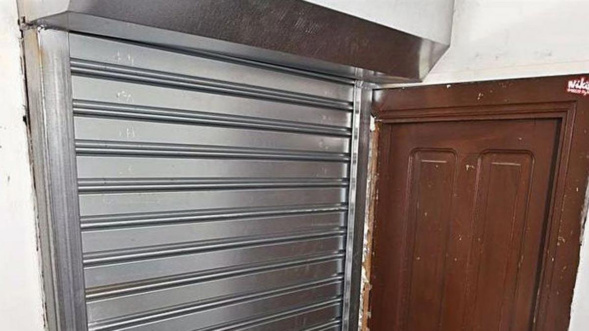 El propietario del piso de la calle Real puso una puerta de seguridad para evitar que vuelvan a okuparlo.