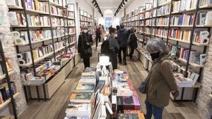 De compras en la librería Byron de Barcelona