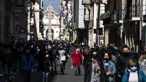 Viandantes en la Via del Corso en Roma, el 21 de febrero de 2021.