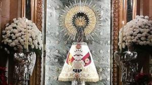 La Virgen del Pilar cubierta con un manto de la Falange.