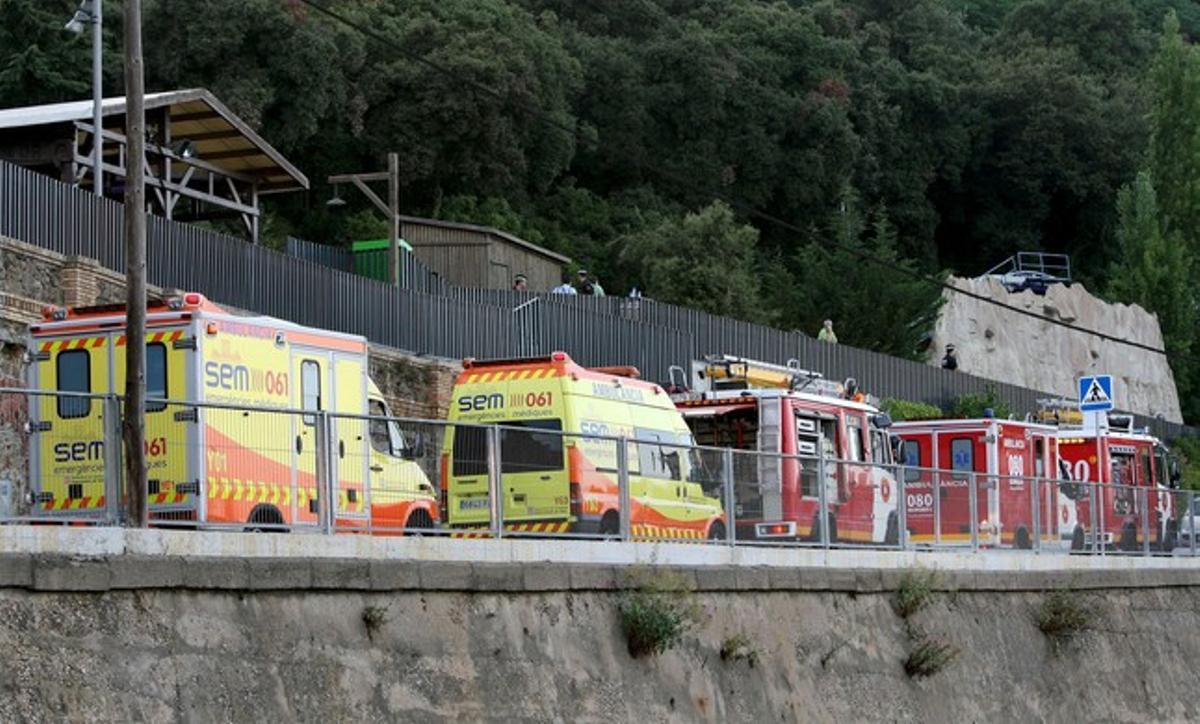 Varias ambulancias y dotaciones de bomberos en el parque del Tibidabo de Barcelona.