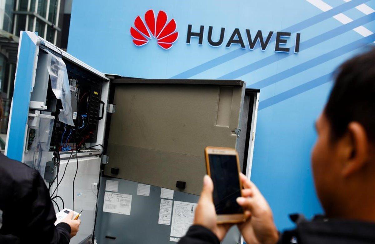 Un usuario toma una foto del interior de una máquina en el estand de Huawei en una feria celebrada en la ciudad china de Shenzhen.