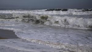 Olas en una playa, en una imagen de archivo