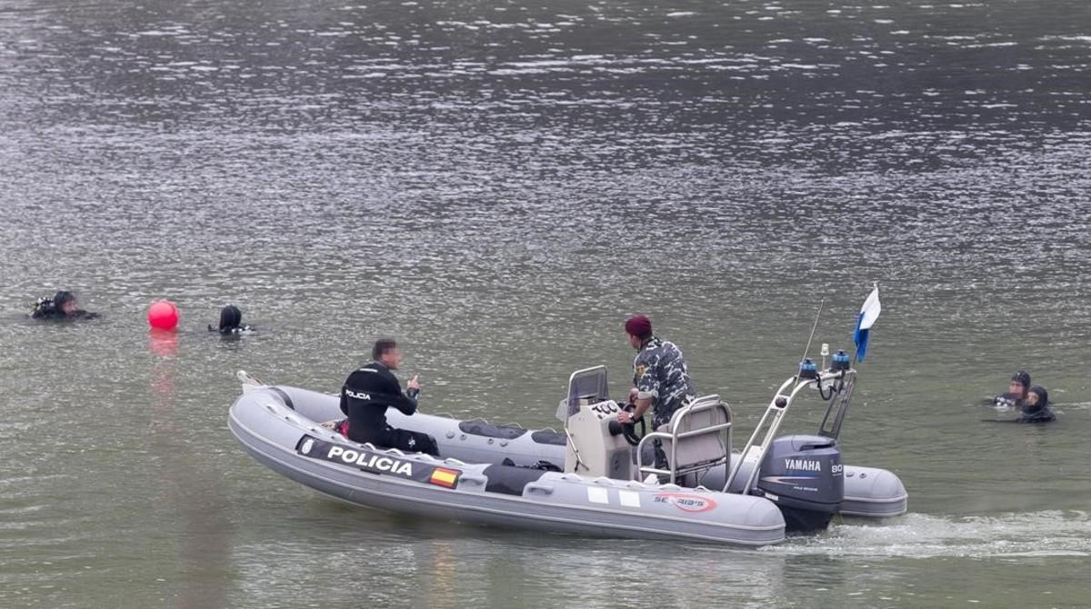Un grupo de agentes busca el cadáver de Marta del Castillo en el río Guadalquivir.