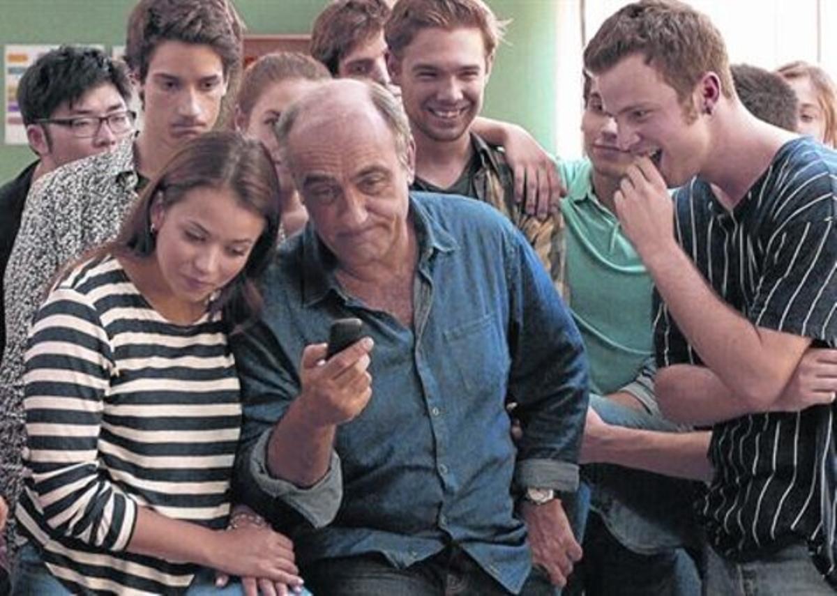 Francesc Orella, rodeado de sus peripatéticos alumnos, en el último episodio de la serie 'Merlí'.