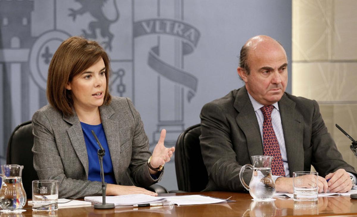 Sáenz de Santamaría y Guindos, en la rueda de prensa posterior al Consejo de Ministros.