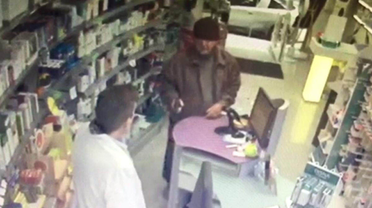 El abuelo pistolero, durante un atraco a una farmacia de Hostafrancs, en Barcelona.