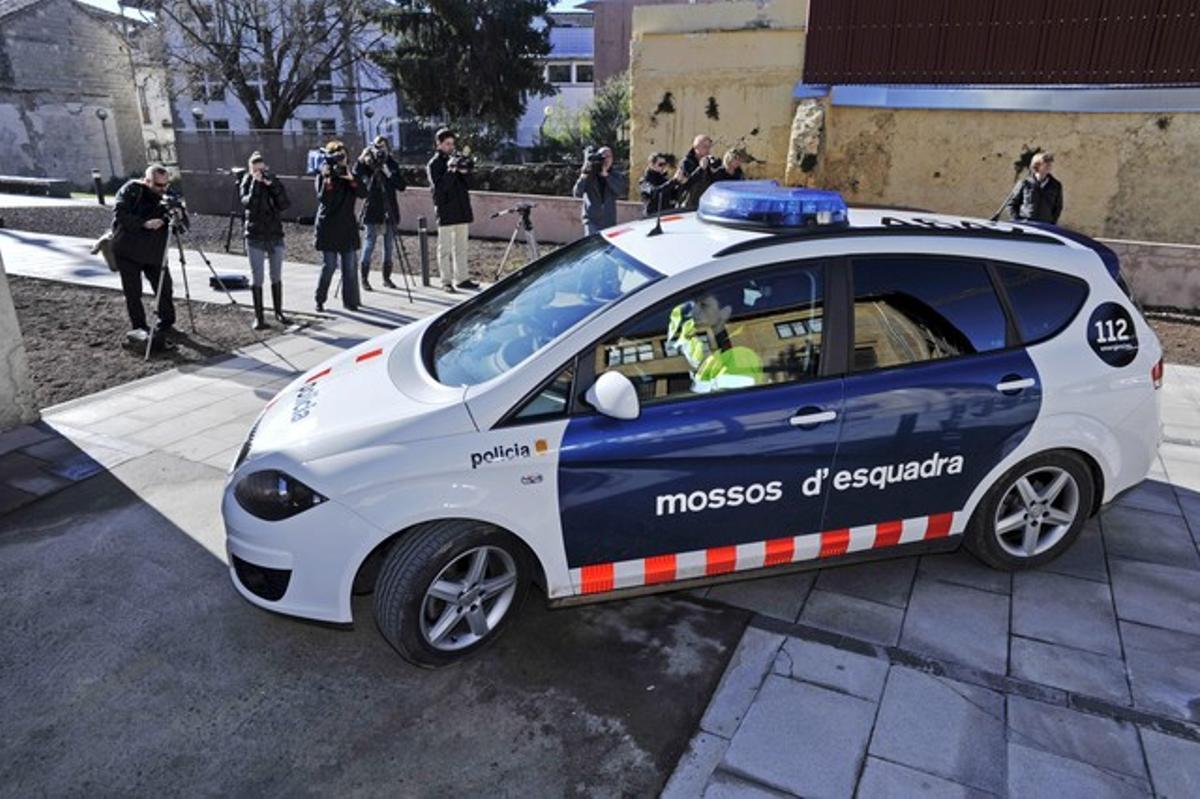 Los siete detenidos por su presunta relación con una trama de dopaje llegan en coche de los Mossos al juzgado de Olot.