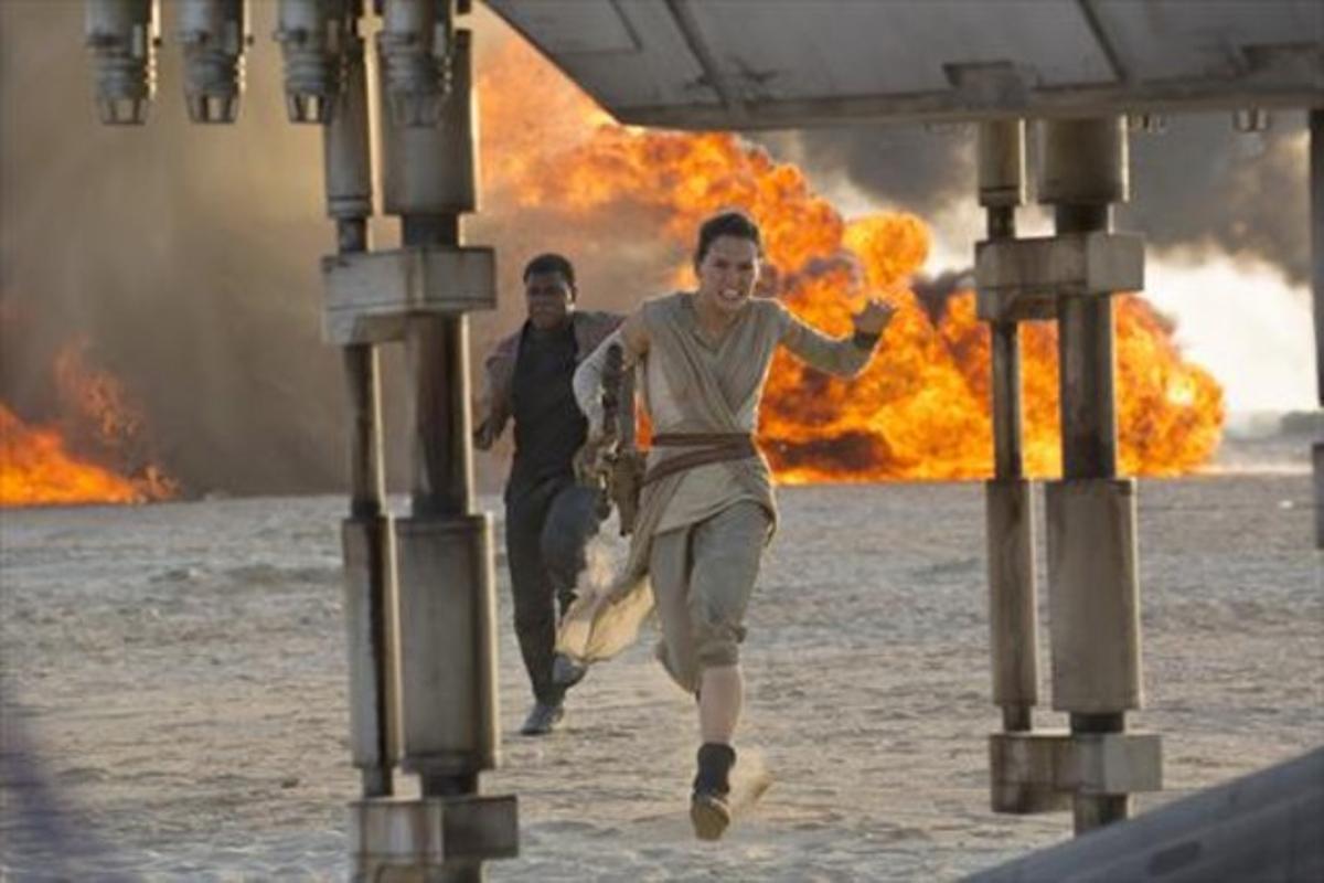 El personaje de Rey, interpretado por Daisey Ridley, en una escena de 'Star Wars: El despertar de la fuerza'.